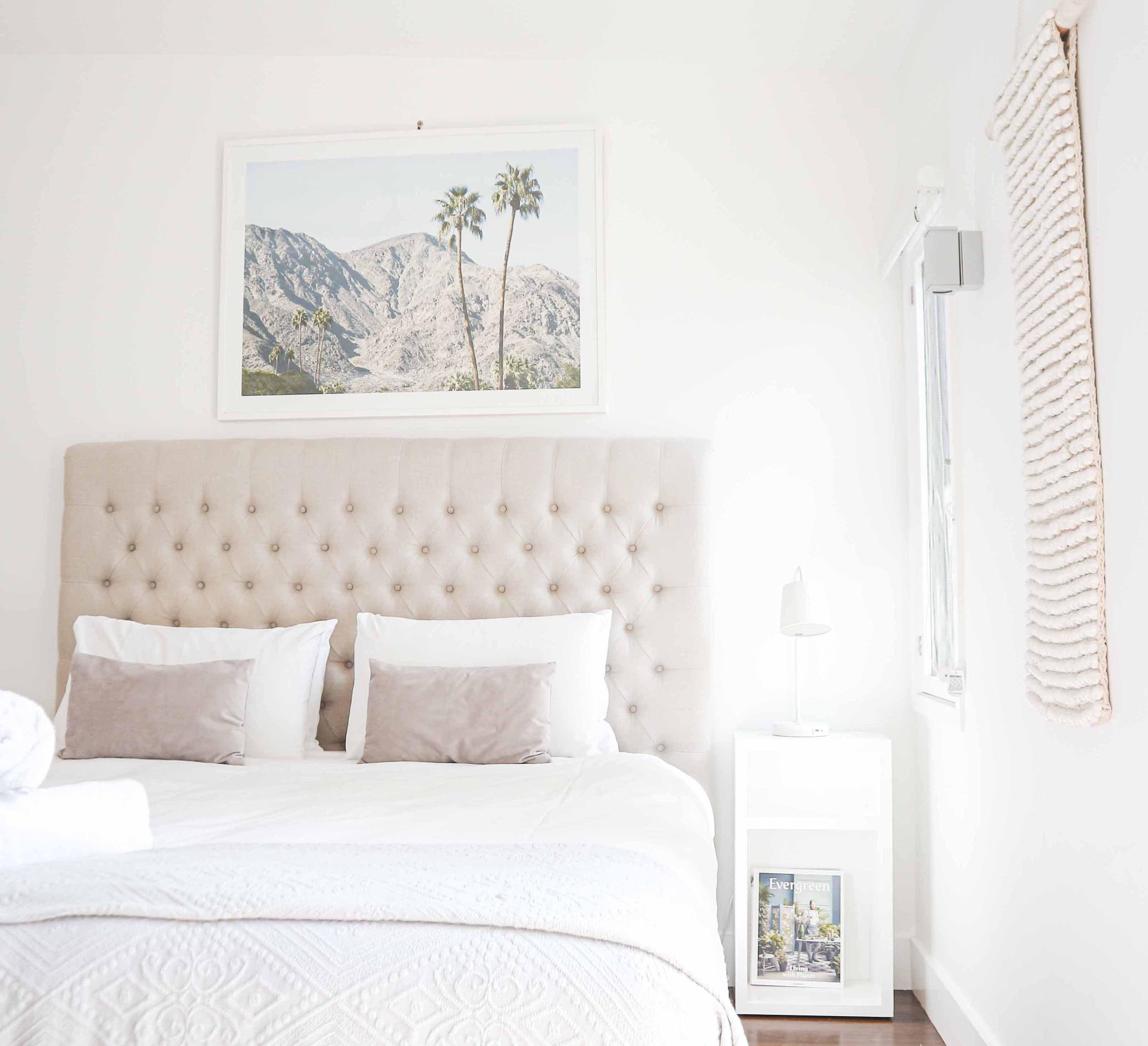 mała sypialnia z jasnymi ścianami