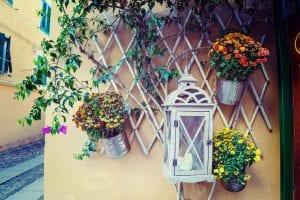 Zawieszanie doniczek na balkonie