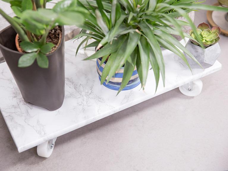 Podstawka do kwiatów na kółkach tutorial DIY - gotowa