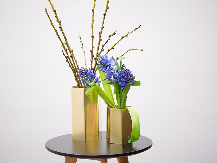 Gotowy mosiężny wazon z tutorialu DIY