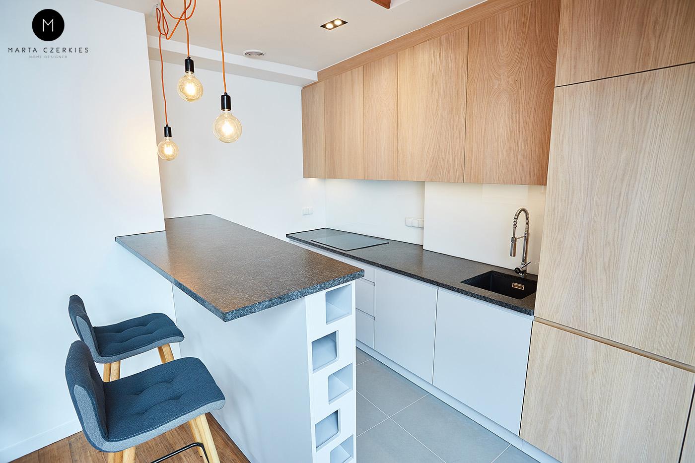 biała kuchnia z dodatkiem drewna