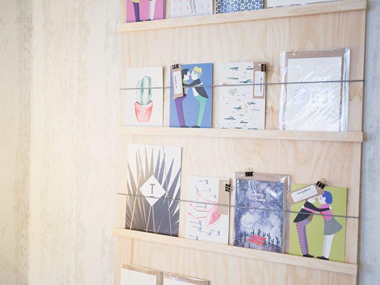 Montowanie gumowych sznurków - wykańczanie - stojak na pocztówki DIY