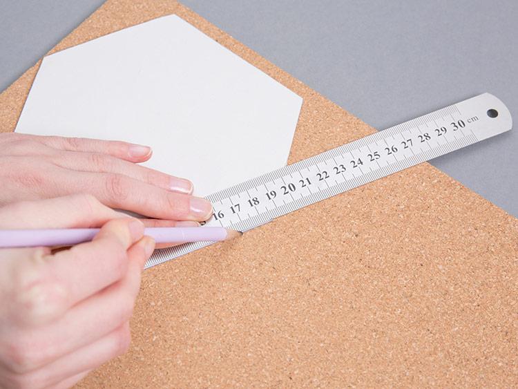 Odrysowywanie elementów na tablicę korkową w kształcie plastra miodu
