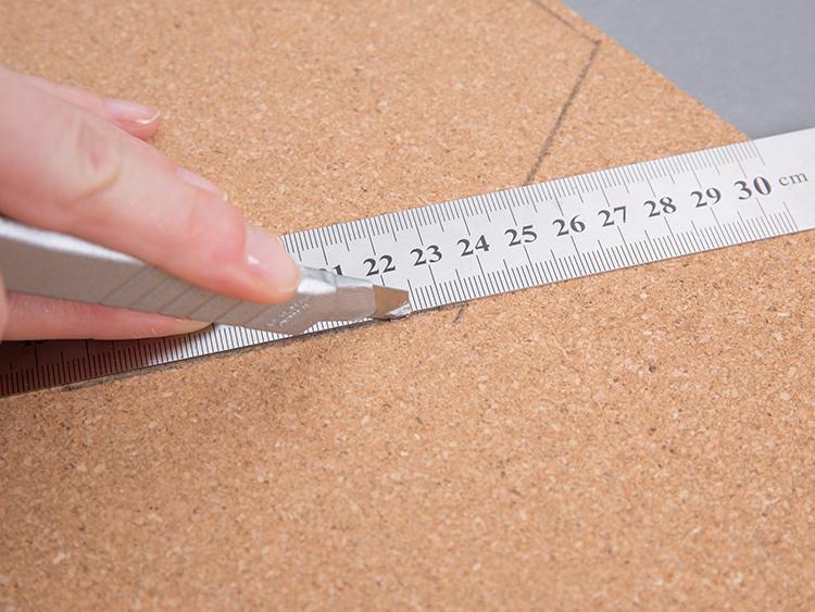 tablica korkowa DIY - wycinanie elementów w kształcie plastra miodu