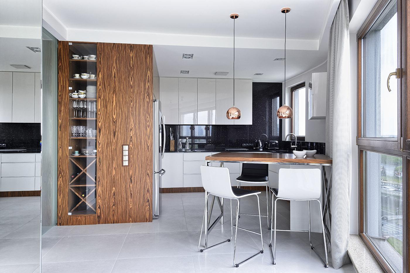 drewno w białej kuchni
