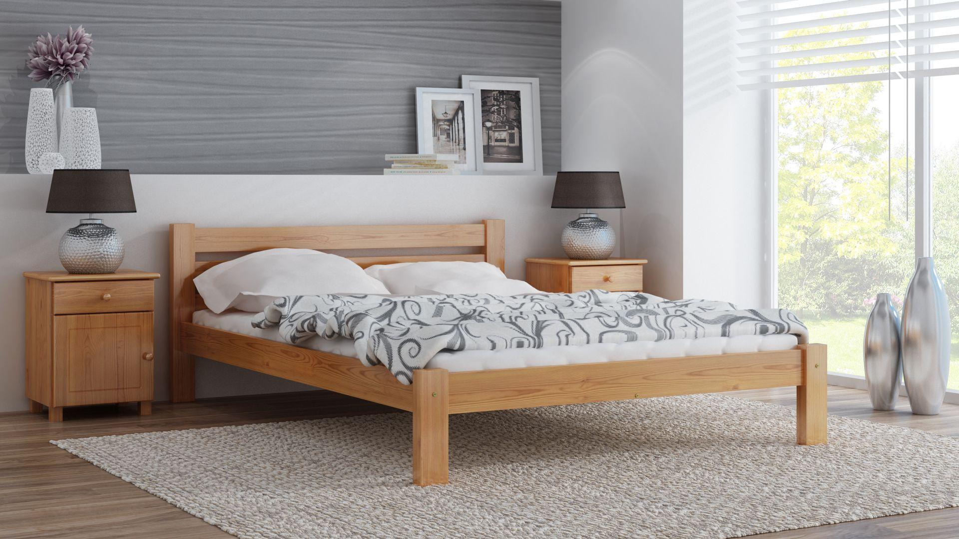 drewniane łóżko w minimalistycznej sypialni