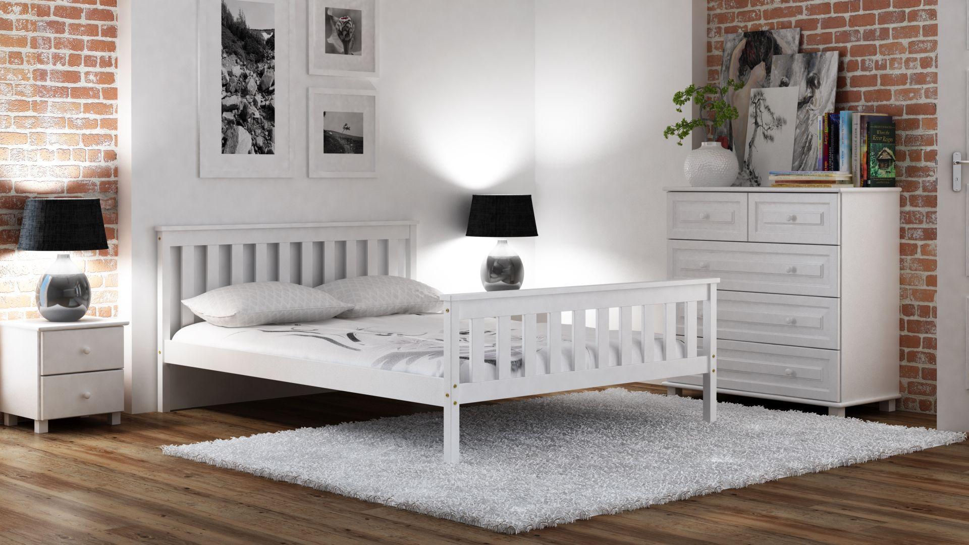 białe łóżko w minimalistycznej sypialni