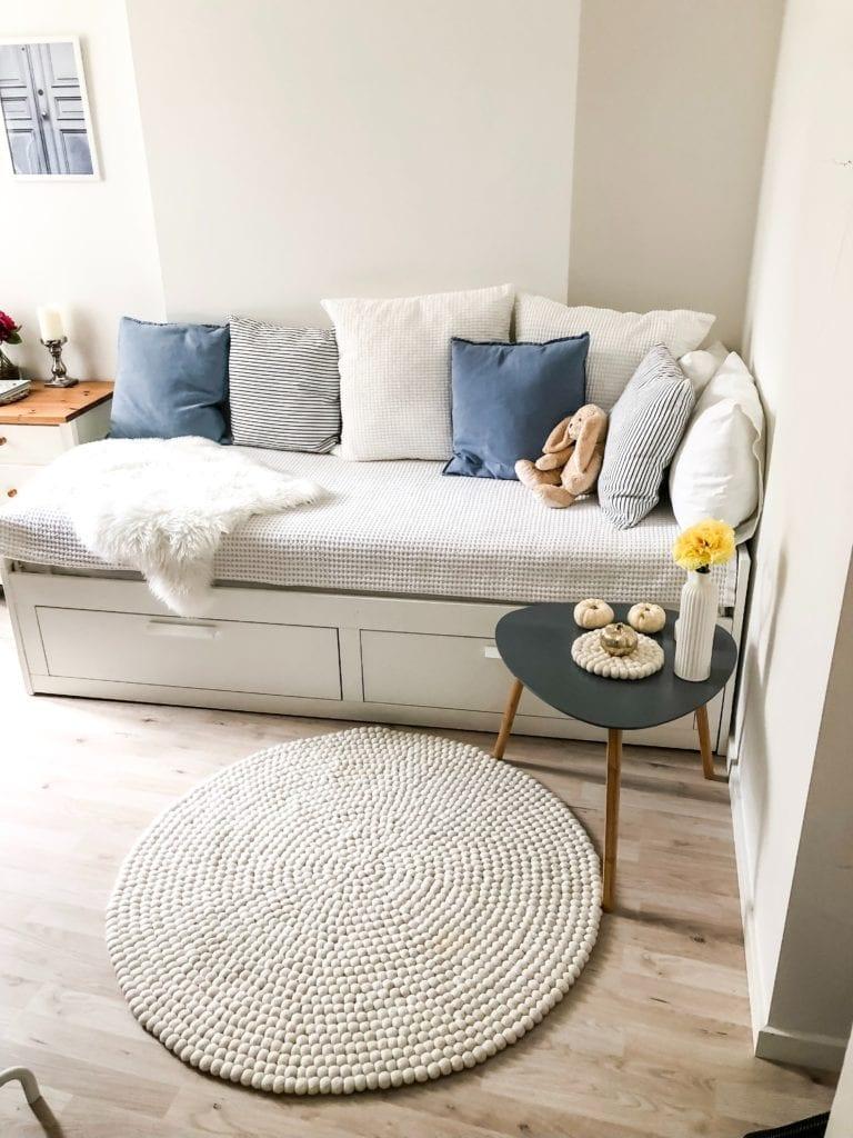 mała garderoba w salonie