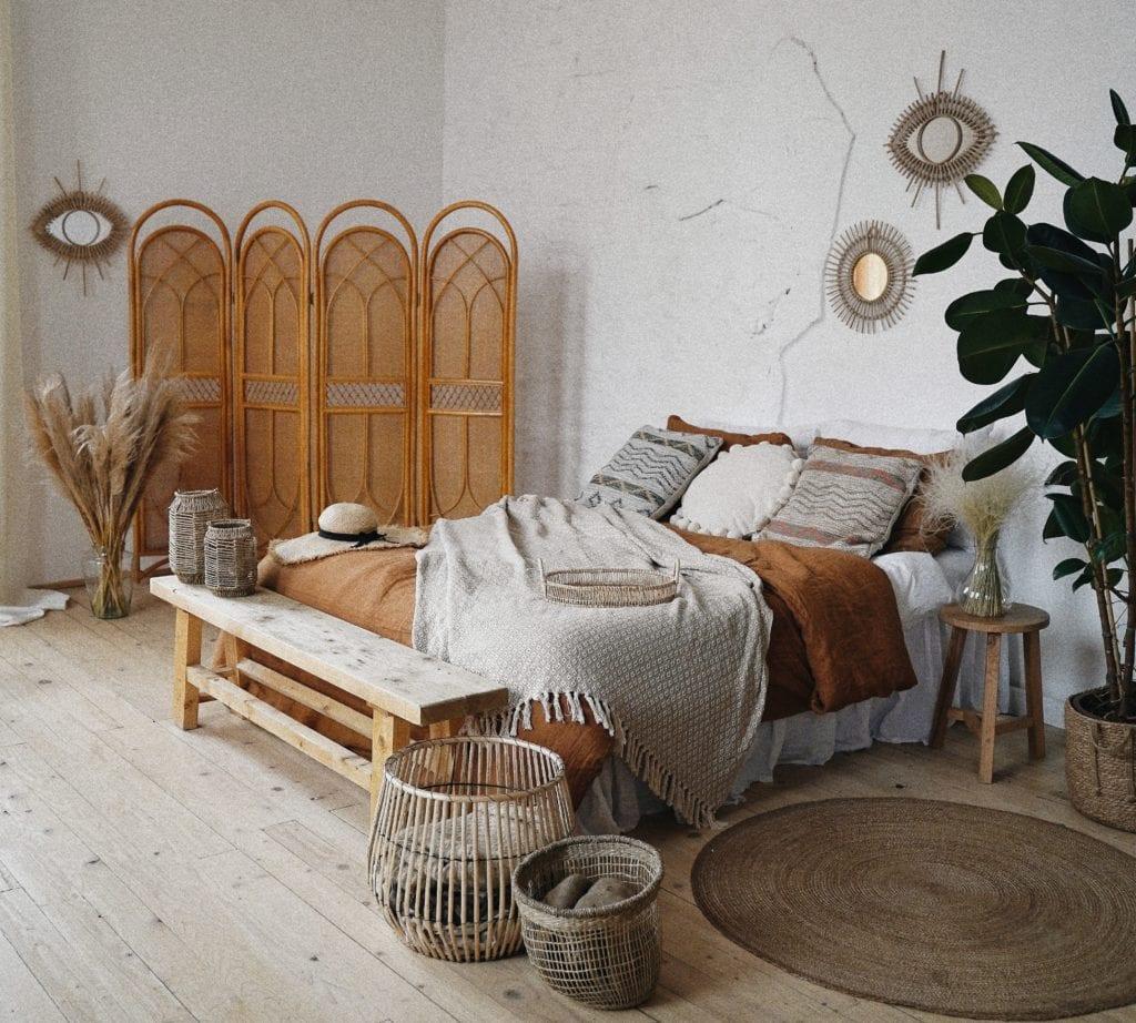 mała sypialnia z parawanem