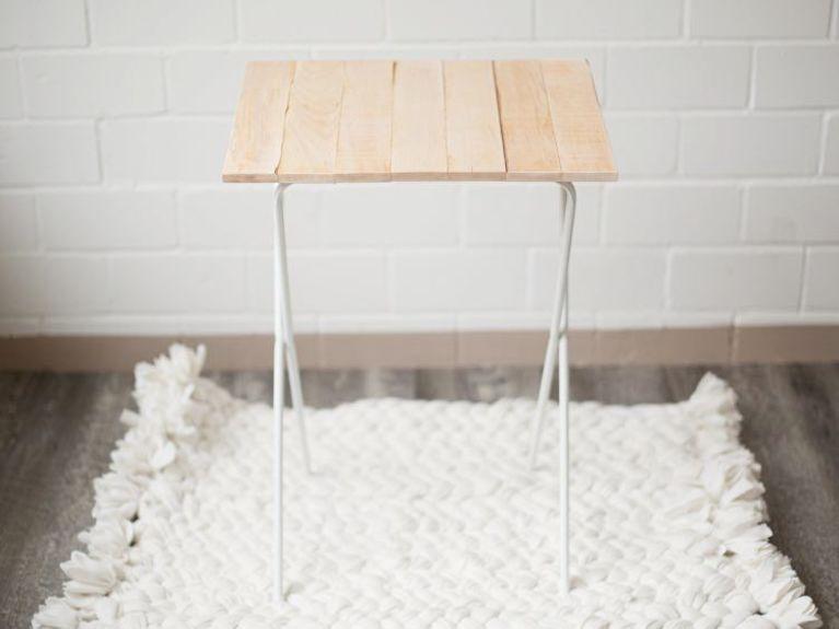 Stolik z palet i kosza na pranie - poradnik DIY