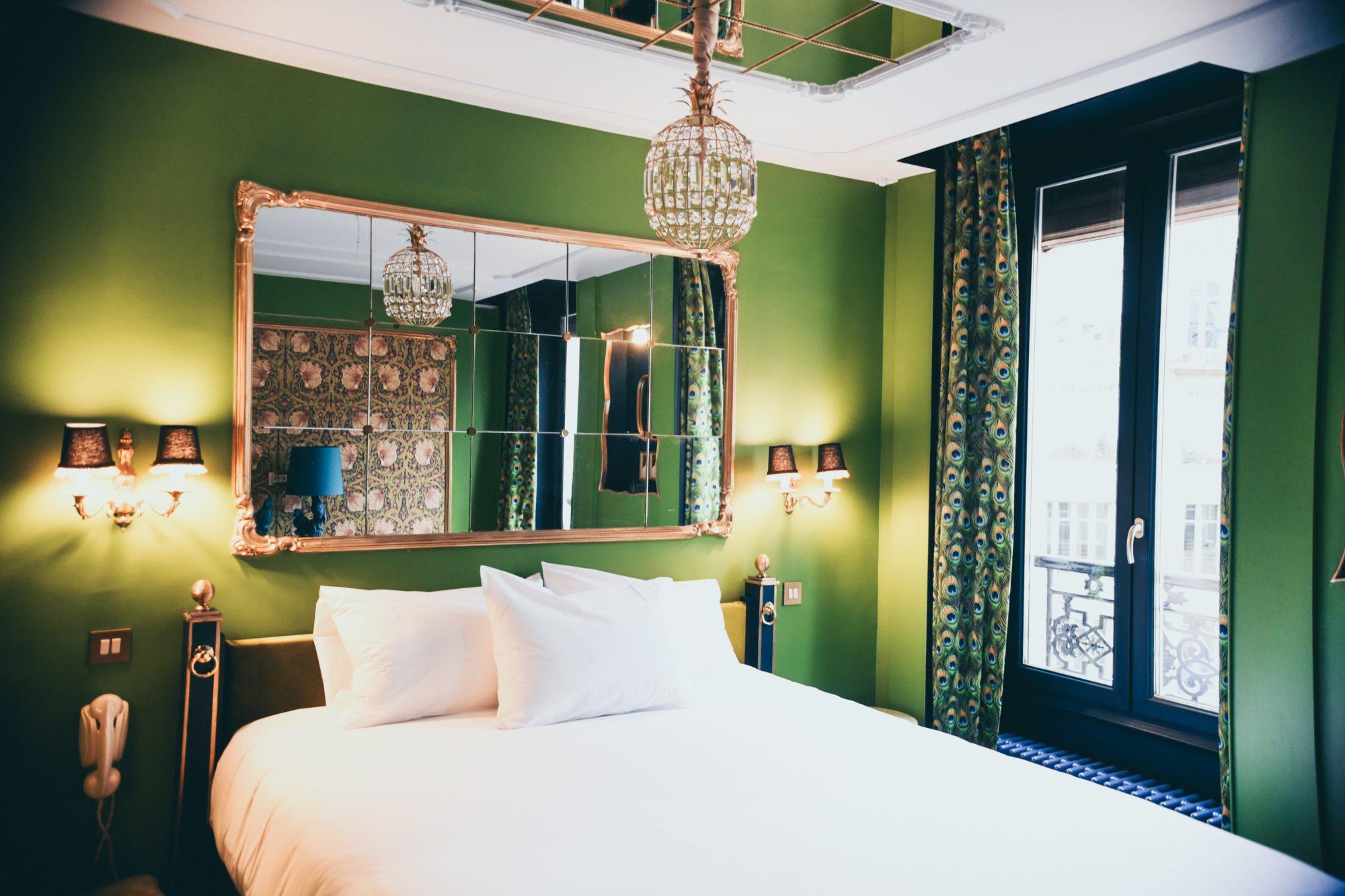 mała sypialnia z lustrem