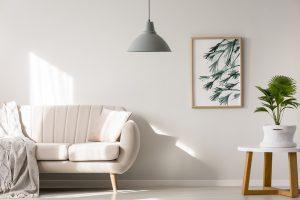 listwy przypodłogowe białe w salonie