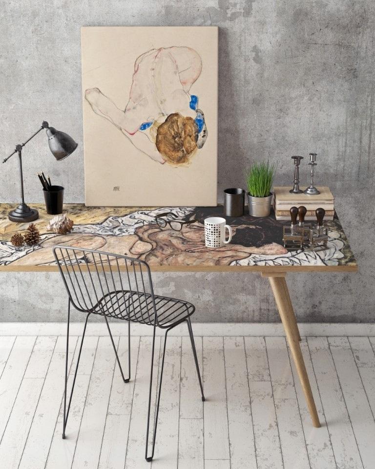 biuro w stylu industrialnym z metalowym krzesłem