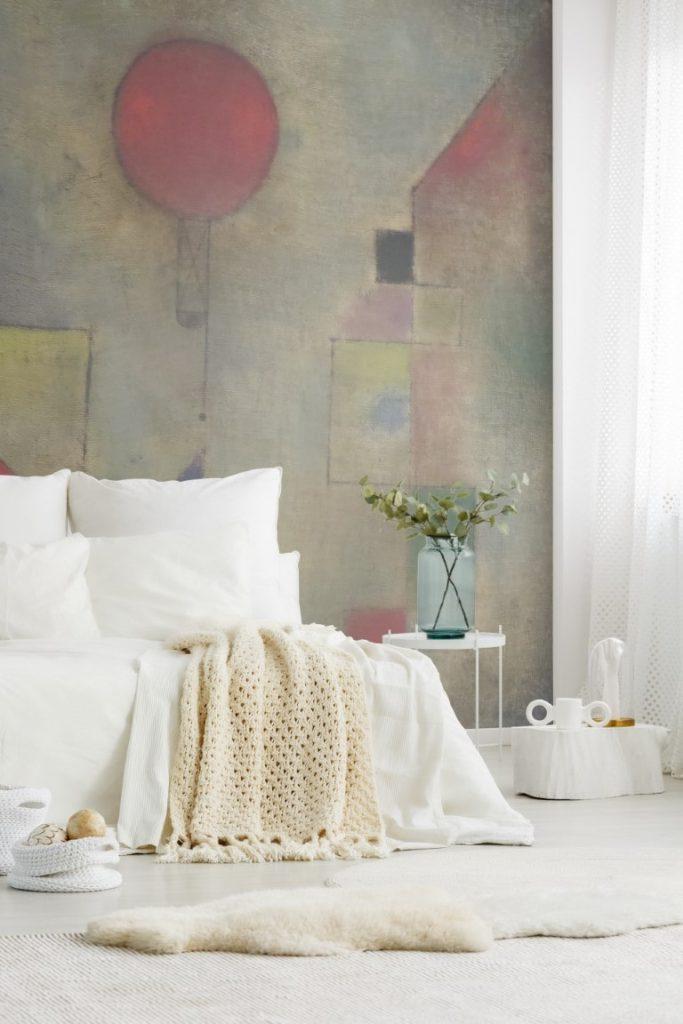 minimalistyczna sypialnia z fototapetą