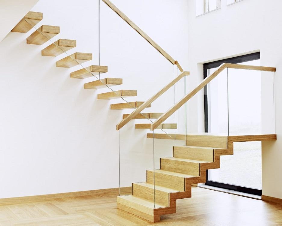 Nowoczesne schody drewniane ze szklaną balustradą