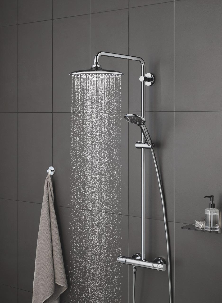 deszczownica w szarej łazience
