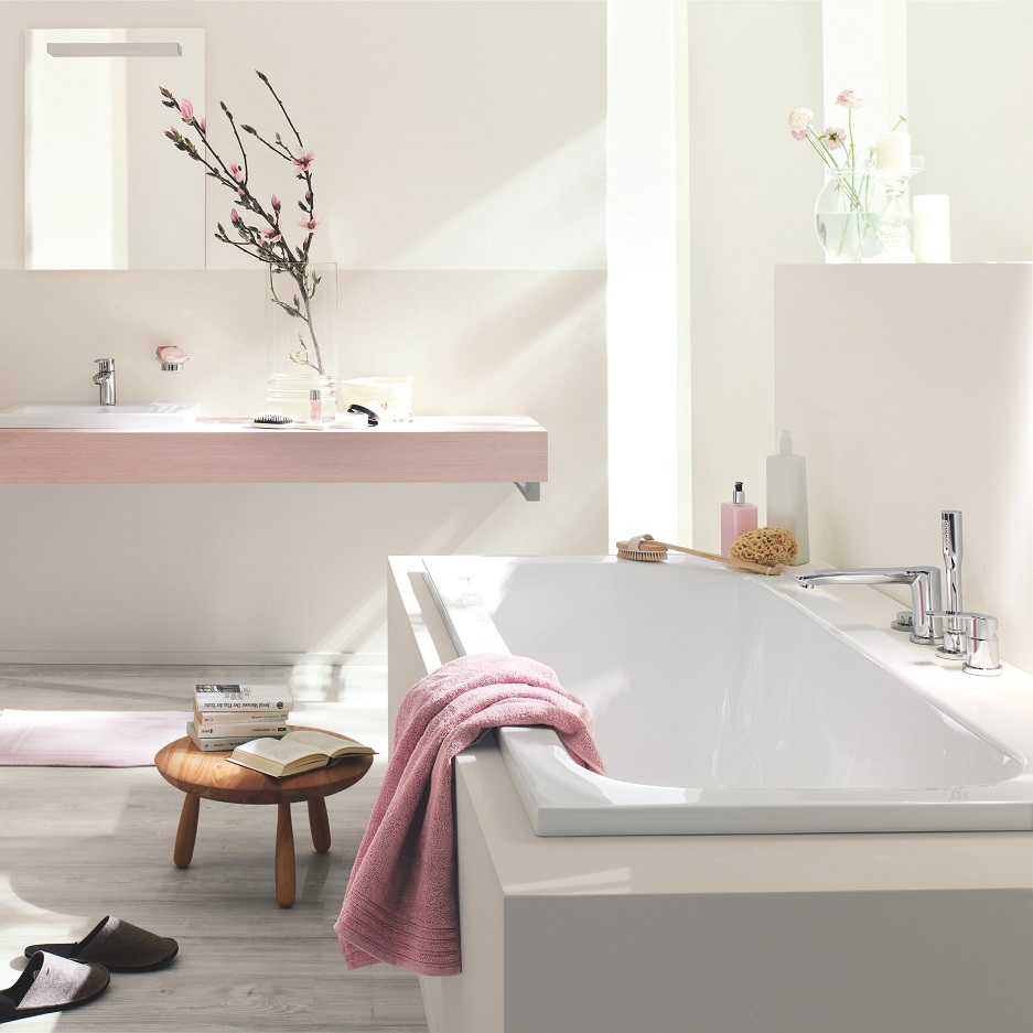 wanna w białej nowoczesnej łazience