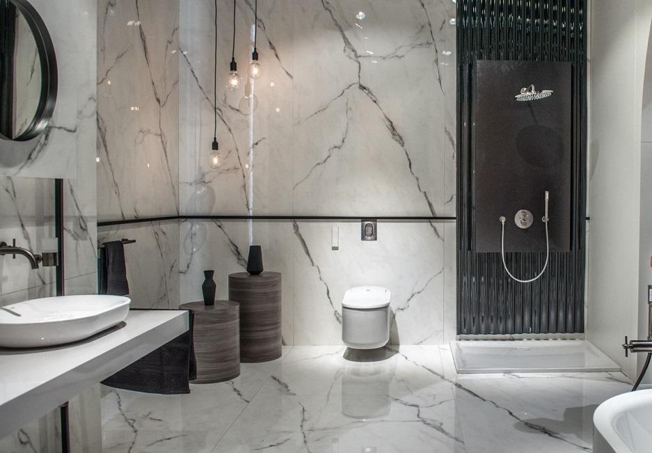 toaleta myjąca w marmurowej łazience