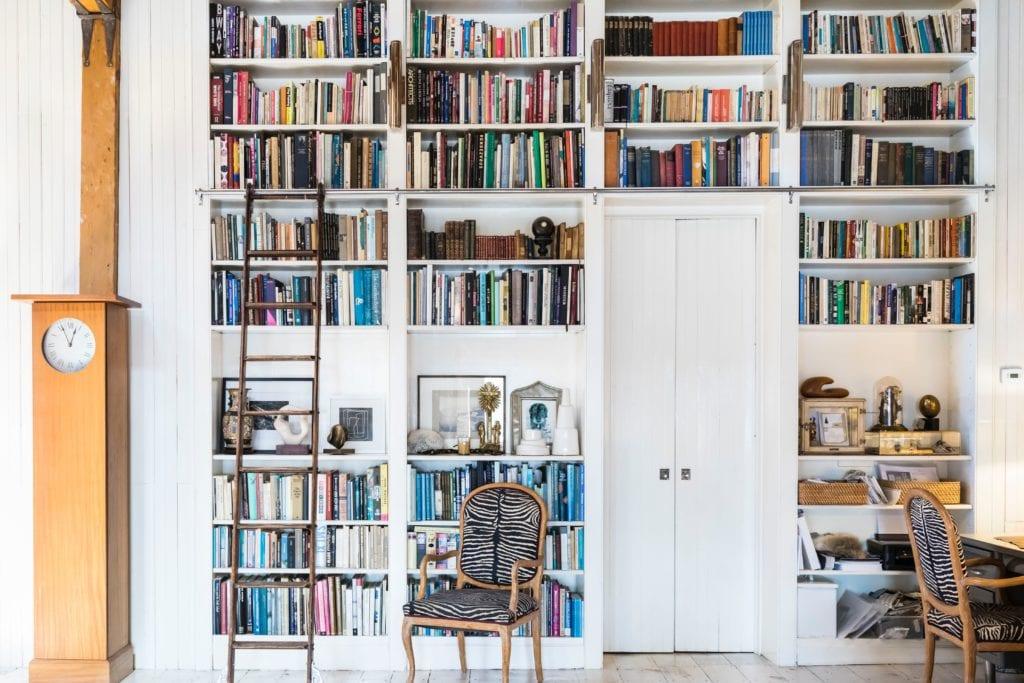 Domowa biblioteka na ścianie