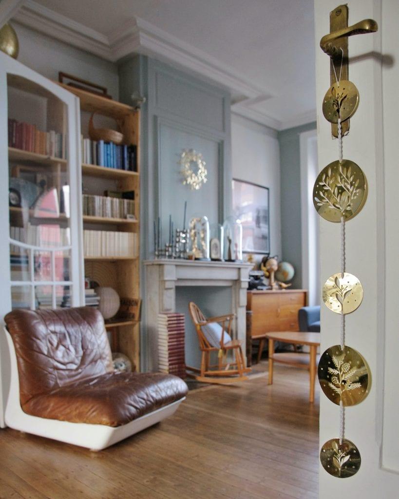 domowa biblioteka w salonie
