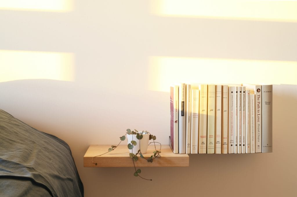 domowa biblioteka w sypialni