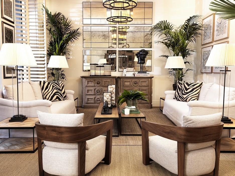 salon z kamieniem dekoracyjnym i skórzanymi fotelami