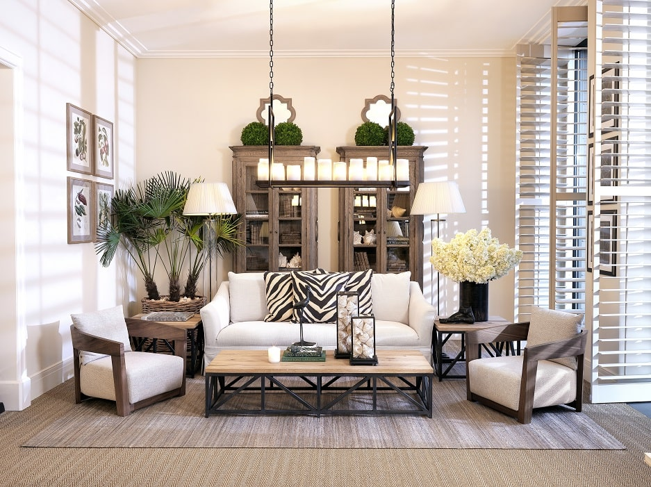 styl kolonialny w salonie w beżach z białą kanapą