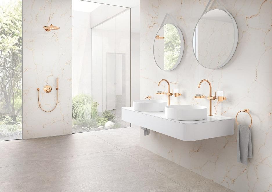 łazienka ze złotymi kranami - styl glamour w domowym spa