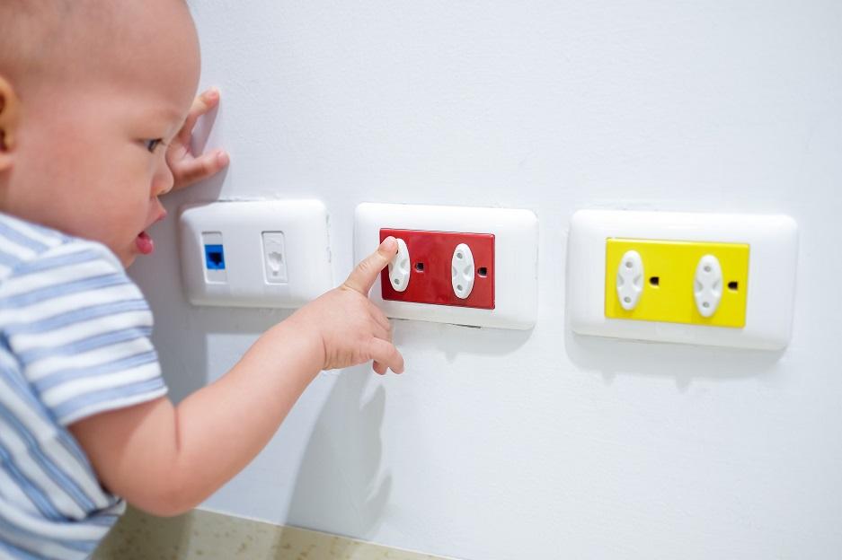 bezpieczeństwo dziecka w domu - zaślepki na kontakty