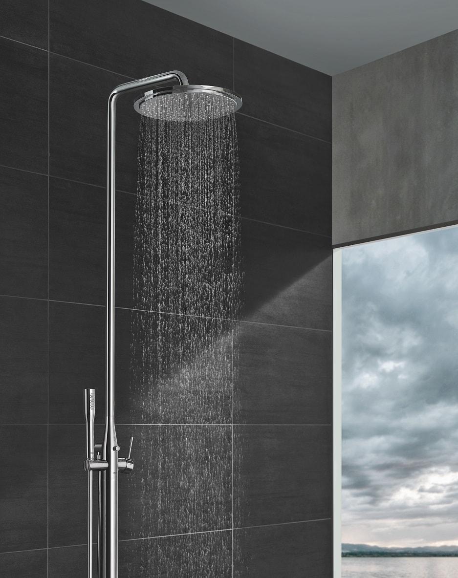 Prysznic w niewielkim pokoju kąpielowym