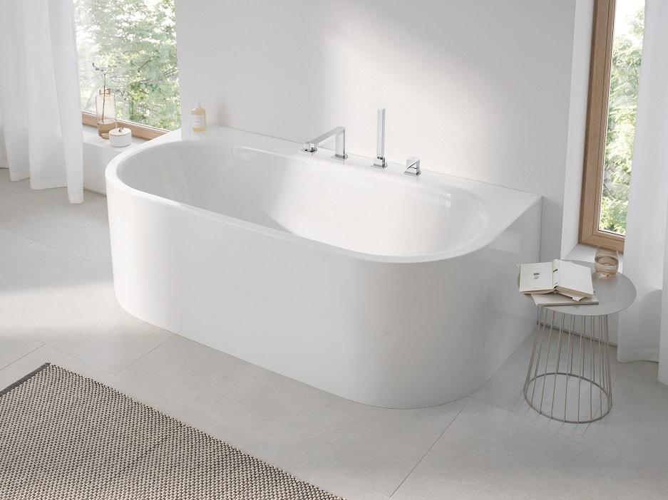 Wanna w średnim pokoju kąpielowym
