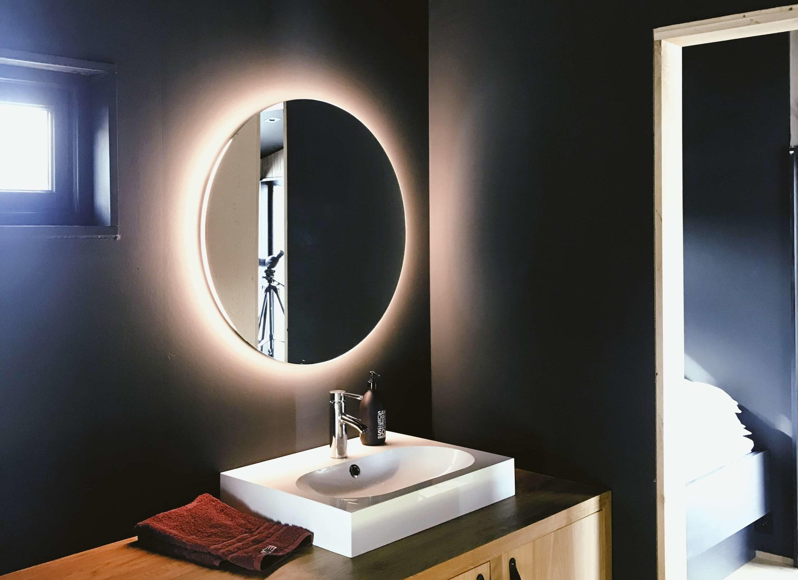 jak dobrać oświetlenie do nowoczesnej łazienki