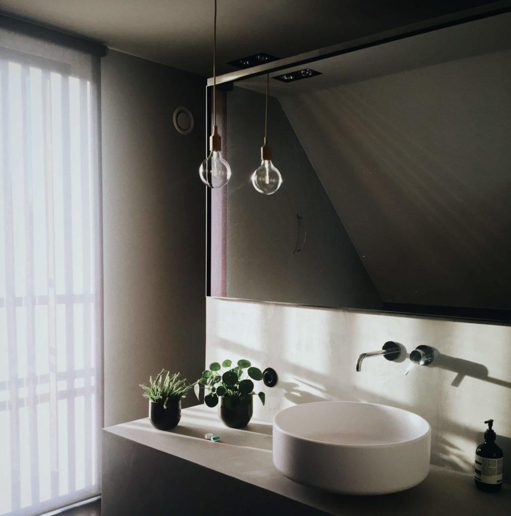 jak dobrać oświetlenie do industrialnej łazienki