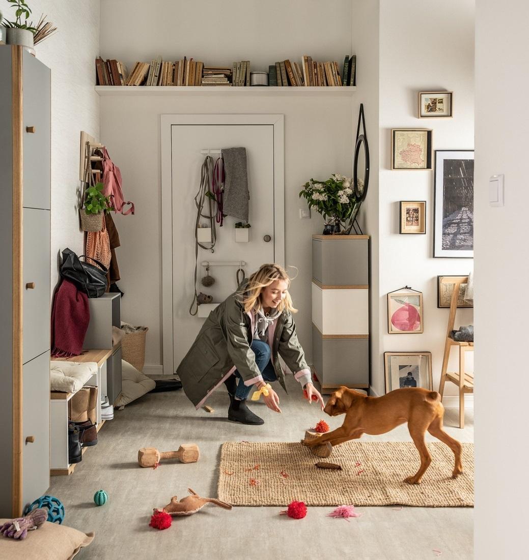 Mały przedpokój w bloku - pies wita właścicielkę