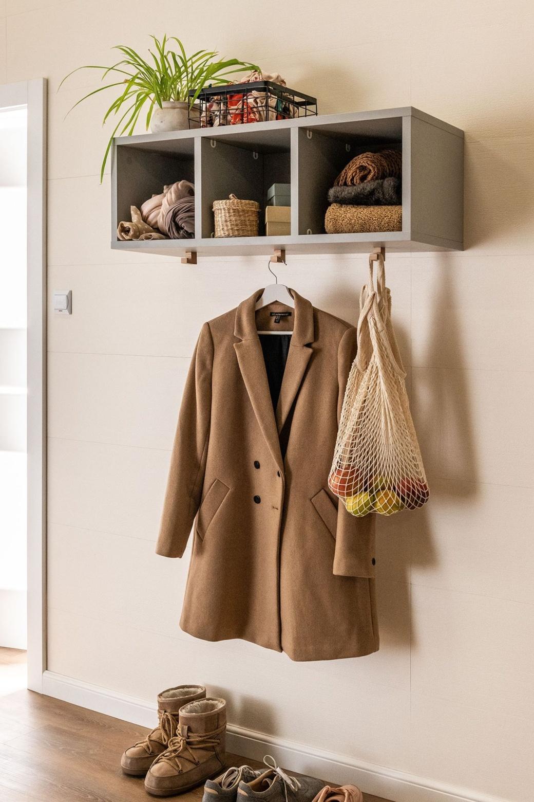 Półki z hakami na płaszcze i siatki
