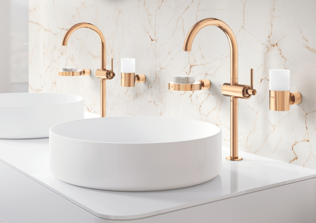 Kolory do łazienki - złote baterie Grohe i białe kafelki