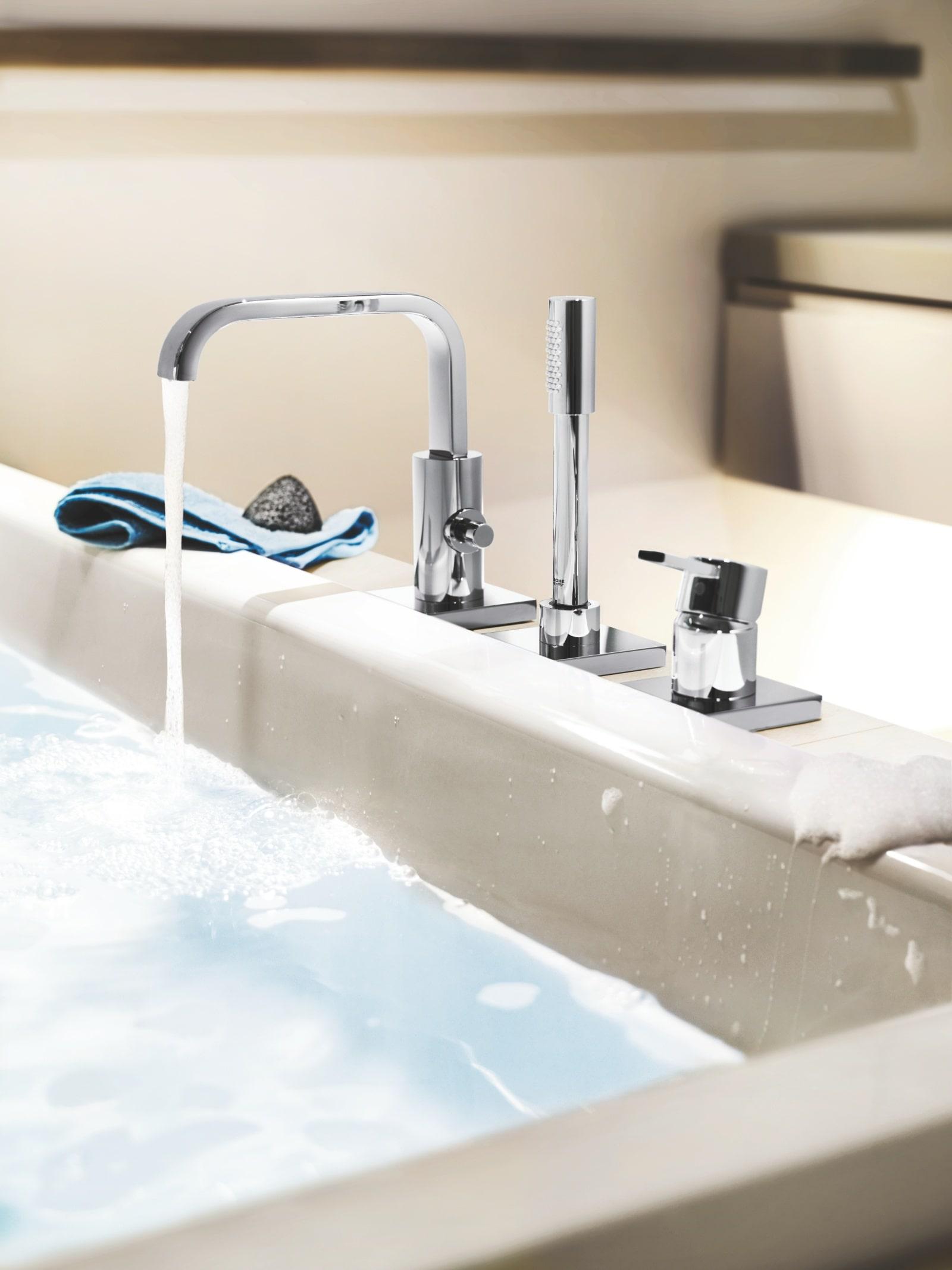 Napełniona wodą umywalka z baterią z kolekcji GROHE Allure