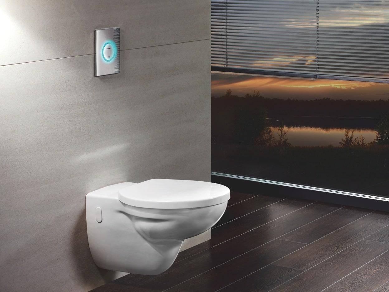 Toaleta z podświetlanym na niebiesko przyciskiem spłukującym