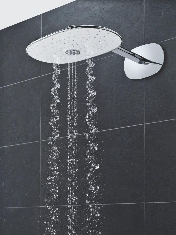 Dwa strumienie wody płyną spiralą z deszczownicy