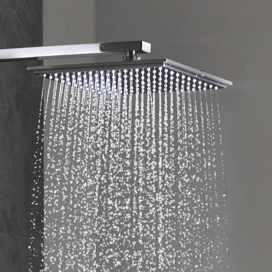 Woda lejąca się z kwadratowej deszczownicy