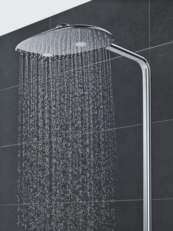 Woda lejąca się z deszczownicy o owalnym kształcie