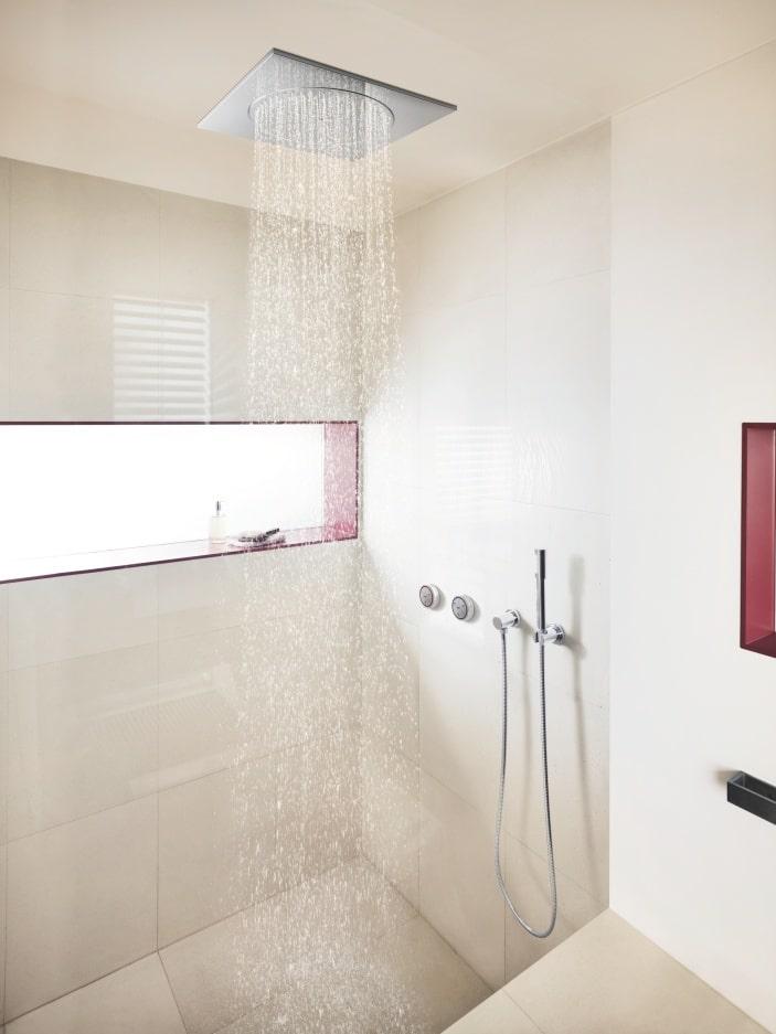 Jasna łazienka z prysznicem i półką na przybory kosmetyczne