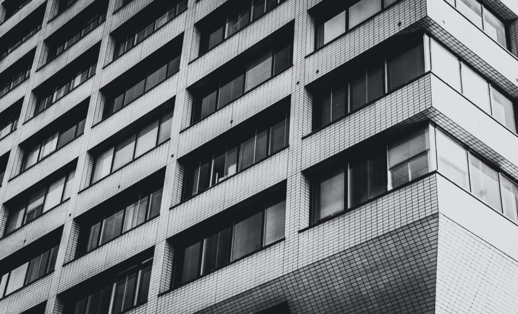 Okno narożne w modernistycznej architekturze. Widok elewacji