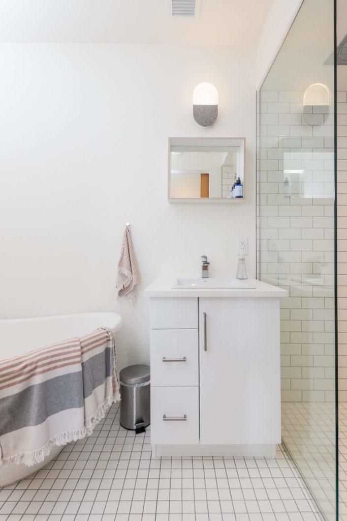 Odpływ liniowy a mała łazienka