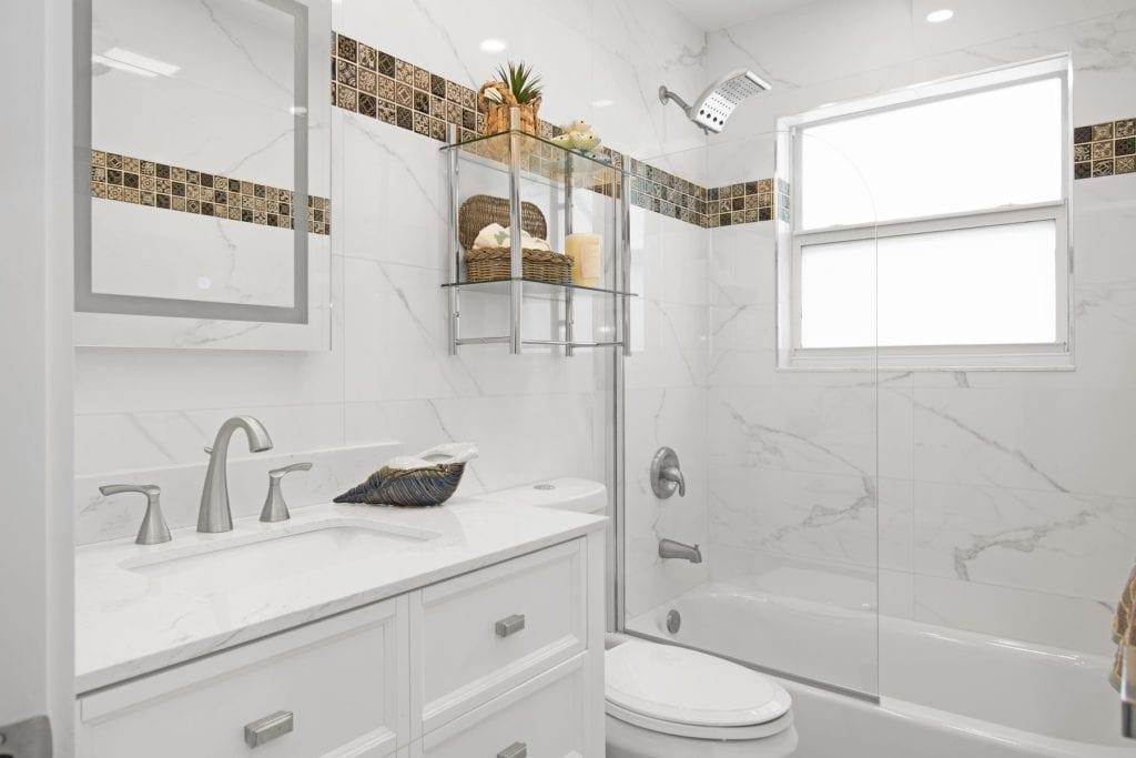 mała łazienka w bloku z wanną