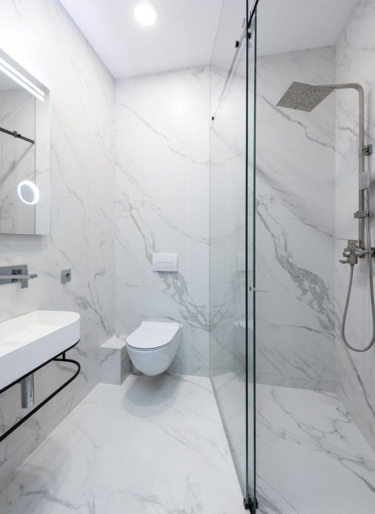 mała łazienka z podwieszaną toaletą