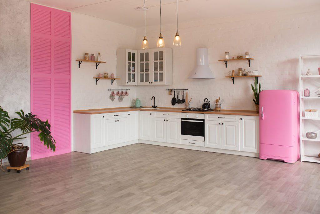 kuchnia w kontrastujących kolorach