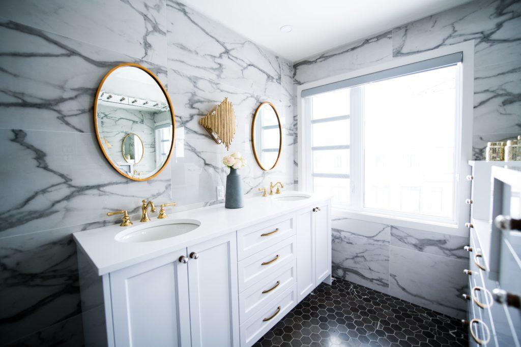 płytki łazienkowe imitujące marmur